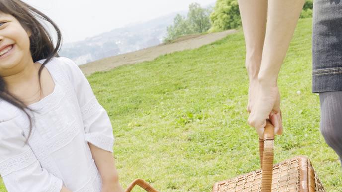 ママと一緒にお弁当を運ぶ女の子
