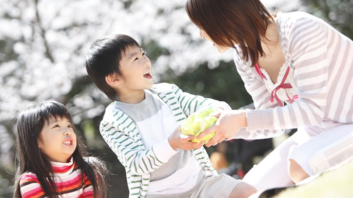 親子遠足を楽しむ男の子と女の子
