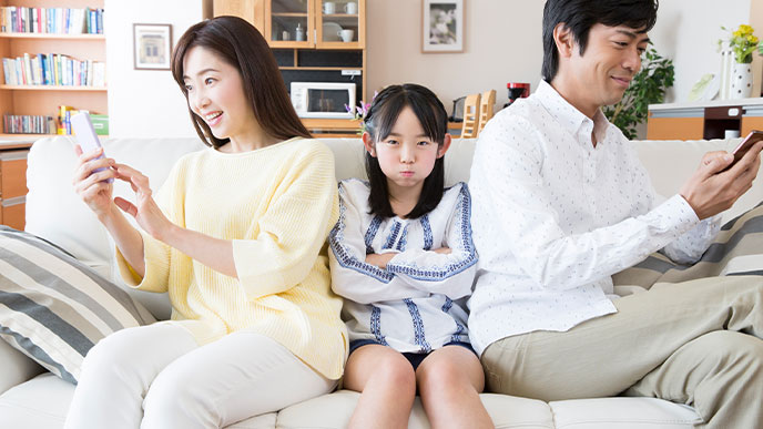 スマホばかり見ている親にうんざりする子供