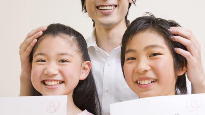 テストで良い点を取り褒められる子供達
