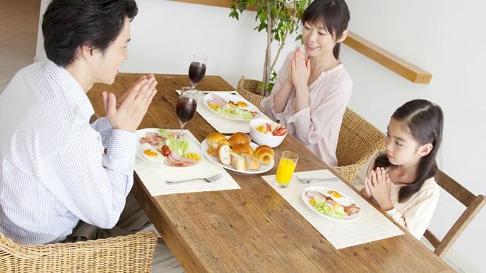 朝食はみんなで摂る家族