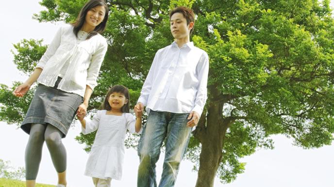 休日に子供と一緒におでかけする家族