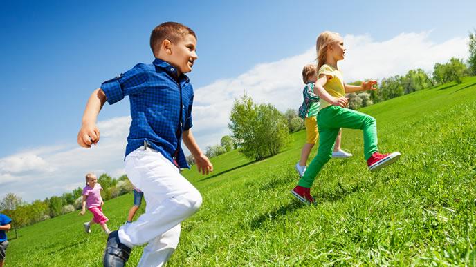 みんなでジョギングをする子供達
