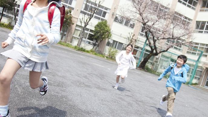 放課後にかけっこをする小学生