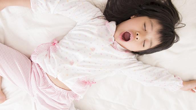 登校時間になっても爆睡中の女の子