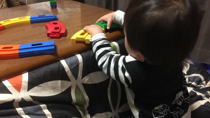 食後に一人で遊ぶ男の子