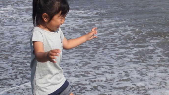 初めての海にテンションが上がる女の子