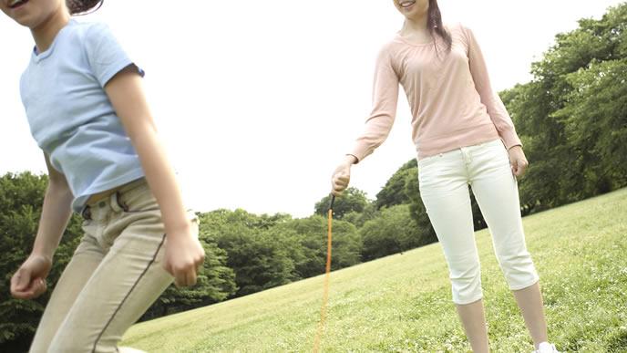 縄跳びの練習を一緒にするママ