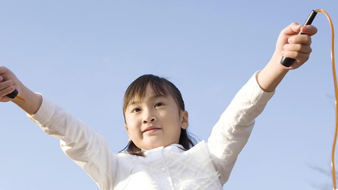 公園で縄跳びの練習をする女の子
