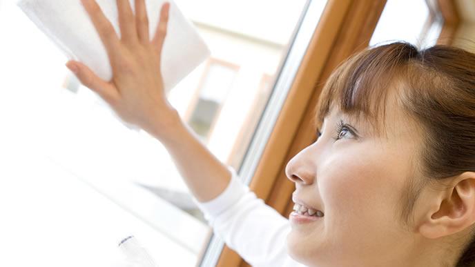 窓ふき掃除をする主婦