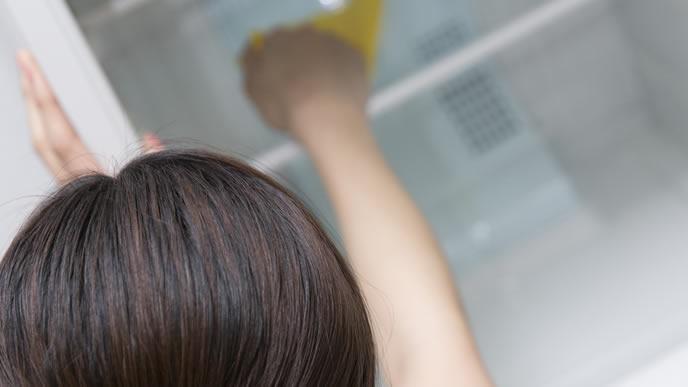 冷蔵庫の中を掃除する主婦