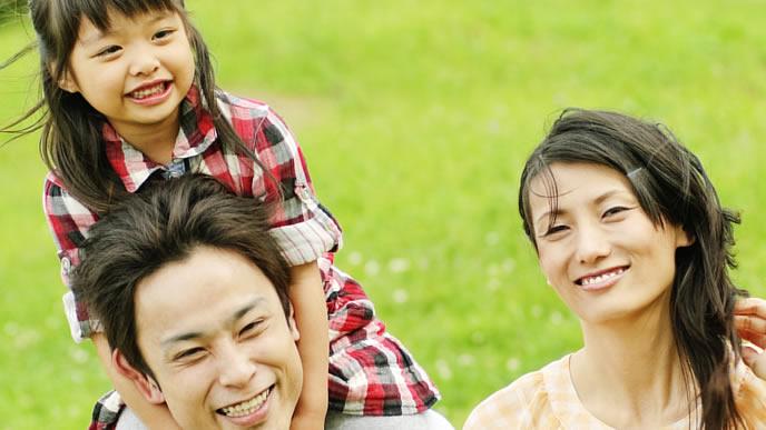 女の子の成長を見守るママとパパ