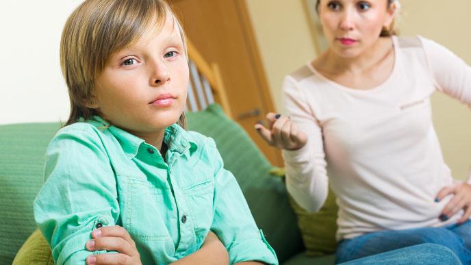 過干渉な親と無視する男の子