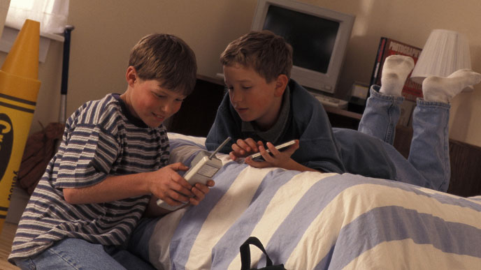 友達と部屋で遊ぶ子供