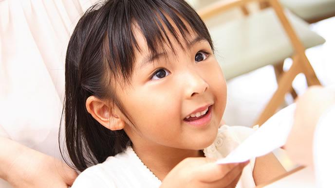 鼻血治療でお世話になった病院を後にする女の子