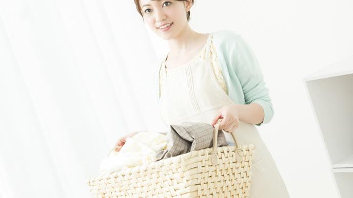 鼻血付きの洗濯物を運ぶママ