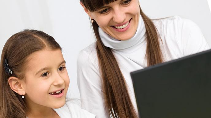 子供と一緒に楽しく勉強するママ