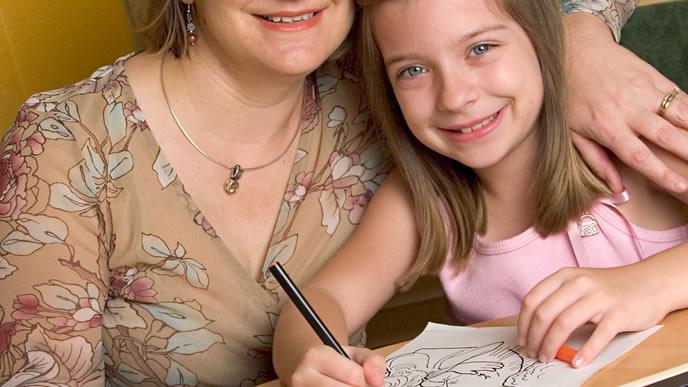 ママと一緒にお絵かきする女の子