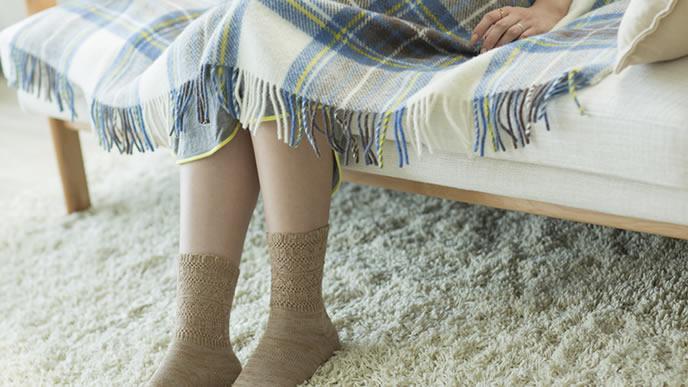 ソファーで考え事をする未婚のママ