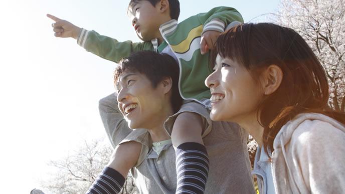 桜の時期にお散歩する親子