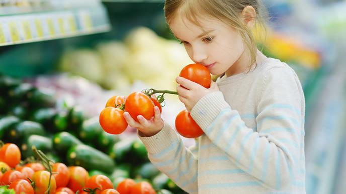 売り物のトマトが食べたい女の子