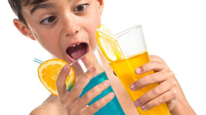 ドリンクバーで好きな飲み物を選ぶ男の子