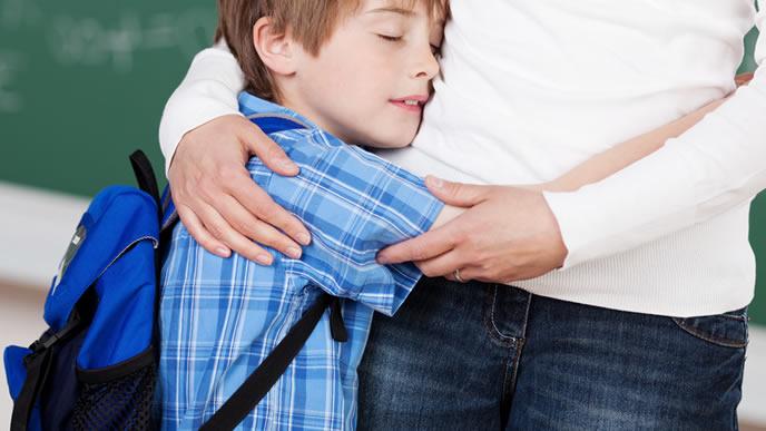 ママに抱きつく男の子