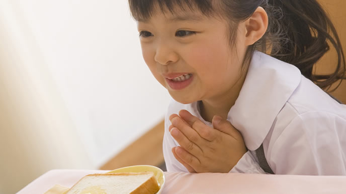 食事前の挨拶をする女の子