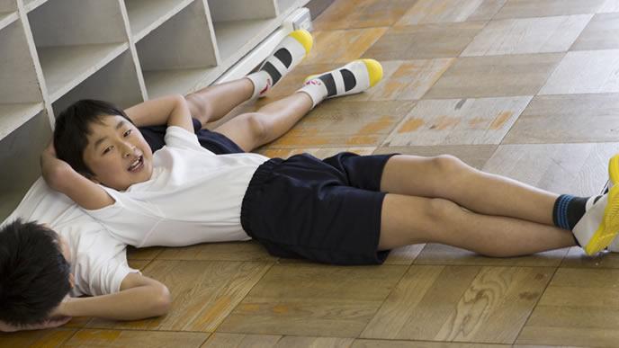 教室で友達と遊ぶ男の子