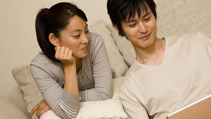子どもの教育方針について話し合う夫婦