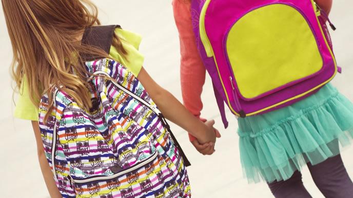 友達と手を繋いで遊びに行く女の子
