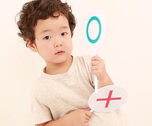 ○×の札を持つ3歳児