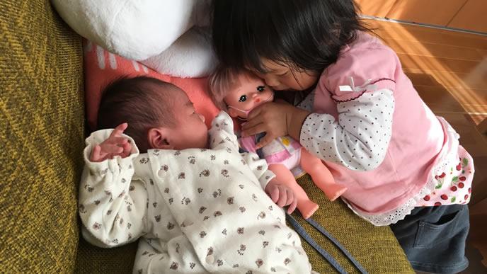 赤ちゃんの成長を見守る姉