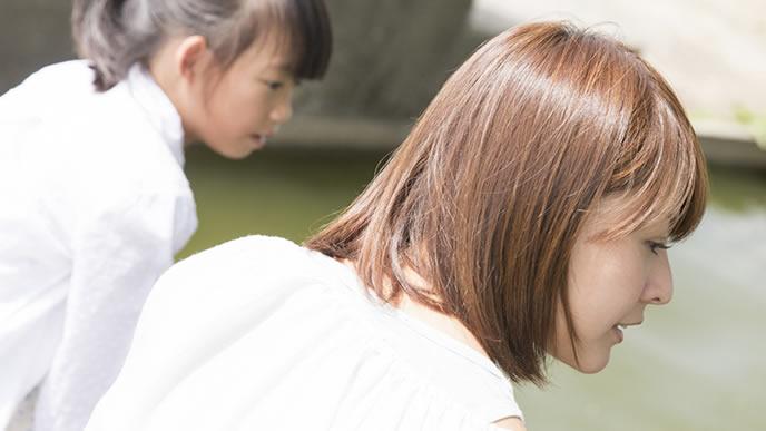勉強についてママに相談する女の子
