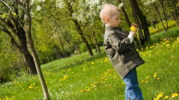 自然を大切する3歳児