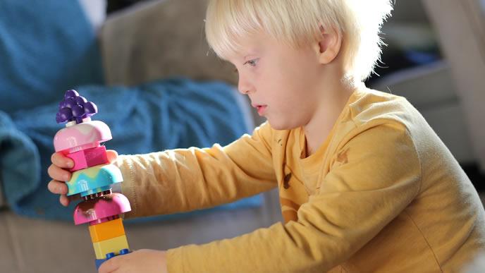 知育玩具に夢中の男の子