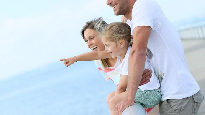 3歳の女の子と海に来た家族