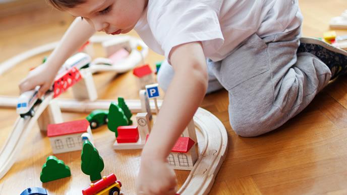 電車のおもちゃに夢中になる男の子
