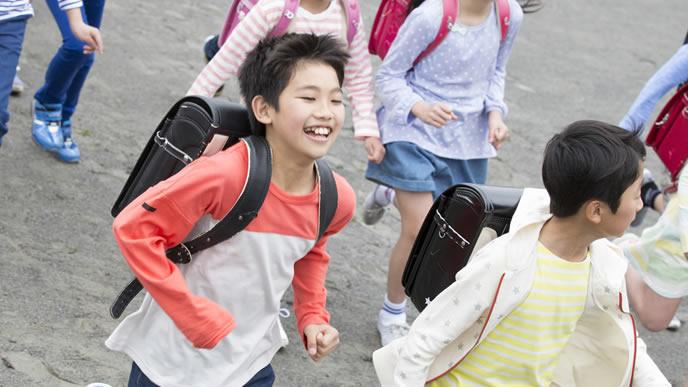 集団下校する子供会の小学生