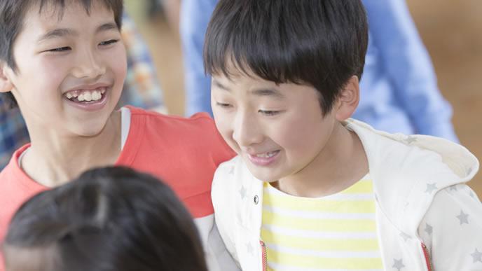 下校後の子供会のイベントについて話し合う小学生