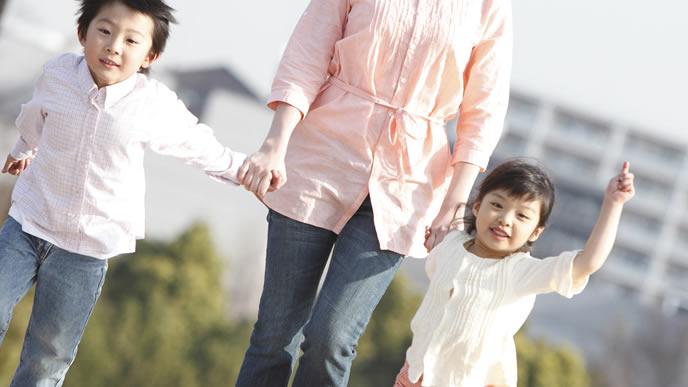 子供を子供会の行事に送るママ