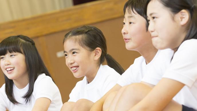 体育の授業を真剣に受ける小学生