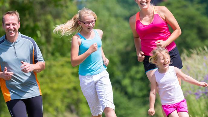 みんなでジョギングをする家族