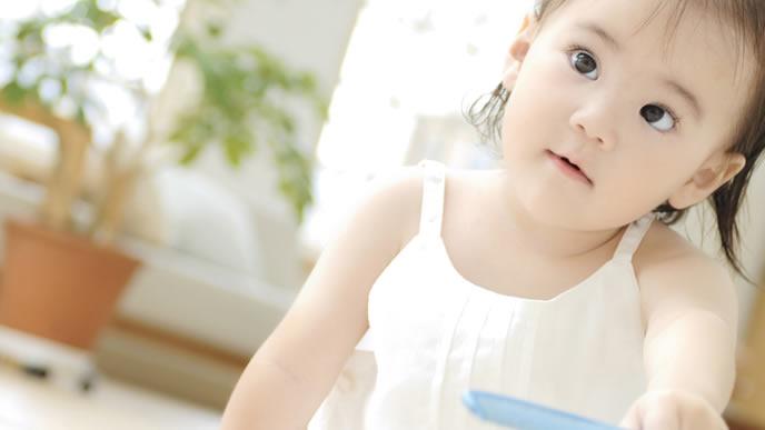 ママを見つめる3歳の女の子
