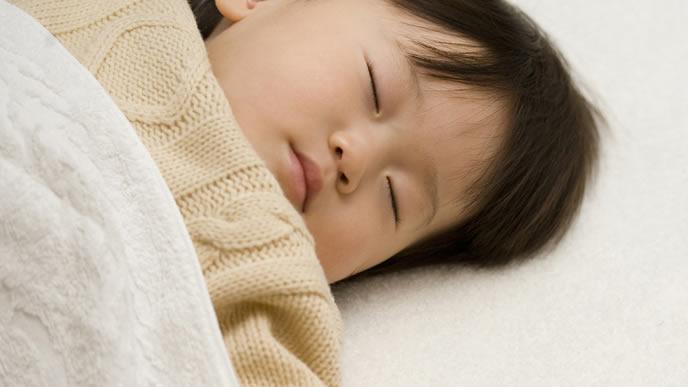 一度も目覚めない熟睡中の男の子