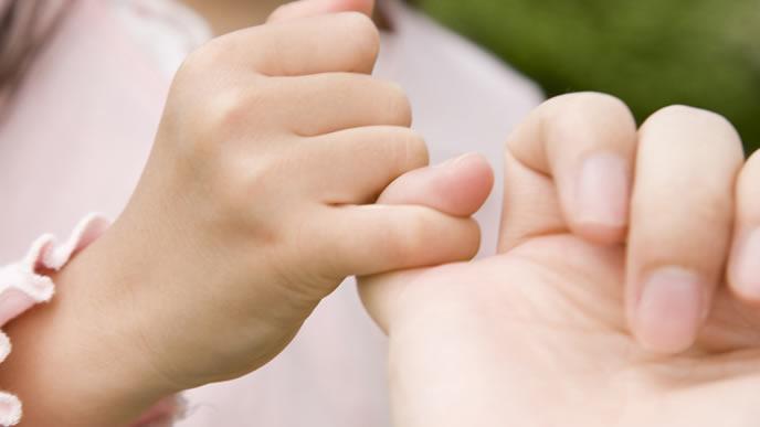 子供とおねしょ対策の約束をするママ