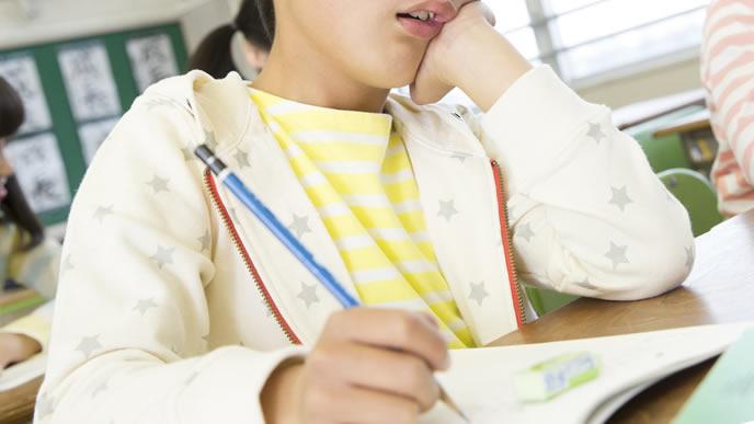 鉛筆を正しく持てる小学生