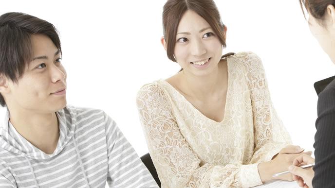 幼稚園に入学するための面接を受ける夫婦