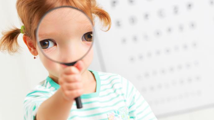 眼科で検査をする視力が悪い女の子