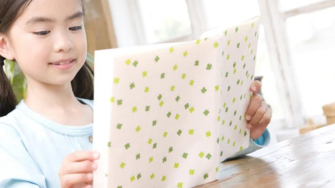 大好きな絵本を一人で読む女の子
